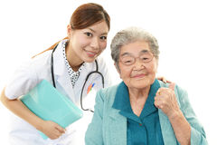 Χαμογελώντας γιατρός και ανώτερη γυναίκα Στοκ φωτογραφίες με δικαίωμα ελεύθερης χρήσης