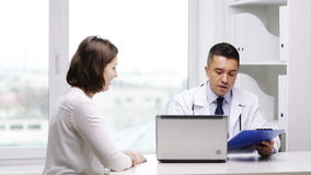 Χαμογελώντας γιατρός και νέα συνεδρίαση των γυναικών στο νοσοκομείο απόθεμα βίντεο