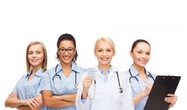 Χαμογελώντας γιατρός και νοσοκόμες θηλυκών με το στηθοσκόπιο Στοκ Φωτογραφία