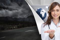 Χαμογελώντας γιατρός που παρουσιάζει το χέρι της Στοκ εικόνα με δικαίωμα ελεύθερης χρήσης