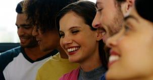 Χαμογελώντας γραφικοί σχεδιαστές που συζητούν πέρα από τα έγγραφα που κολλιούνται στον τοίχο απόθεμα βίντεο