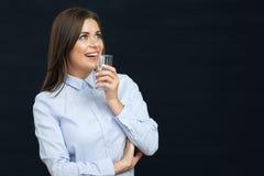 Χαμογελώντας γυαλί νερού εκμετάλλευσης επιχειρησιακών γυναικών Στοκ φωτογραφίες με δικαίωμα ελεύθερης χρήσης