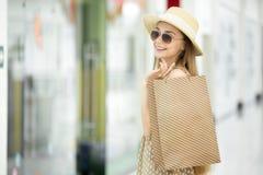 Χαμογελώντας γυναίκα αγοραστών στο εμπορικό κέντρο στοκ φωτογραφίες