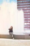 Χαμογελώντας γυναίκα από τα υδάτινα έργα Στοκ Φωτογραφία