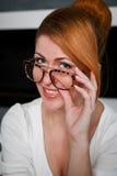 χαμογελώντας γυναίκα ε&pi Στοκ φωτογραφία με δικαίωμα ελεύθερης χρήσης