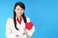 Χαμογελώντας γυναίκα με μια κόκκινη καρδιά Στοκ εικόνα με δικαίωμα ελεύθερης χρήσης