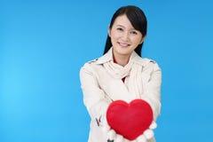 Χαμογελώντας γυναίκα με μια κόκκινη καρδιά Στοκ Φωτογραφίες