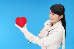Χαμογελώντας γυναίκα με μια κόκκινη καρδιά Στοκ Εικόνα