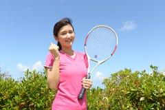 Χαμογελώντας γυναίκα με μια ρακέτα αντισφαίρισης Στοκ Εικόνα