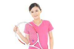 Χαμογελώντας γυναίκα με μια ρακέτα αντισφαίρισης Στοκ φωτογραφία με δικαίωμα ελεύθερης χρήσης