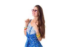 Χαμογελώντας γυναίκα με τα ρόδινα γυαλιά ηλίου Στοκ Εικόνες