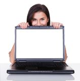 Χαμογελώντας γυναίκα με την κενή οθόνη lap-top Στοκ Φωτογραφία