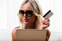 Χαμογελώντας γυναίκα με την πιστωτική κάρτα και την ταμπλέτα Στοκ εικόνα με δικαίωμα ελεύθερης χρήσης