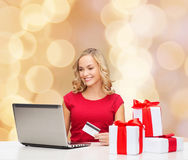 Χαμογελώντας γυναίκα με την πιστωτική κάρτα και το lap-top Στοκ Εικόνα