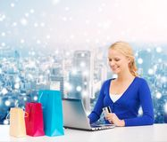 Χαμογελώντας γυναίκα με την πιστωτική κάρτα και το lap-top Στοκ Φωτογραφίες