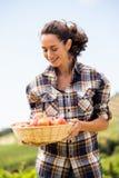 Χαμογελώντας γυναίκα με το καλάθι μήλων Στοκ φωτογραφίες με δικαίωμα ελεύθερης χρήσης