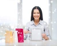 Χαμογελώντας γυναίκα με το κενό PC ταμπλετών οθόνης Στοκ Φωτογραφίες