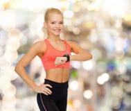 Χαμογελώντας γυναίκα με το όργανο ελέγχου ποσοστού καρδιών σε διαθεσιμότητα Στοκ Εικόνες