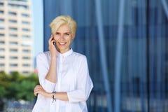 Χαμογελώντας γυναίκα μόδας που μιλά στο κινητό τηλέφωνο Στοκ εικόνα με δικαίωμα ελεύθερης χρήσης