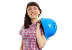 Χαμογελώντας γυναίκα οικοδόμων που κρατά το προστατευτικό μπλε κράνος Στοκ Εικόνες