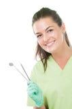 Χαμογελώντας γυναίκα οδοντιάτρων που κρατά τα οδοντικά εργαλεία Στοκ Φωτογραφία