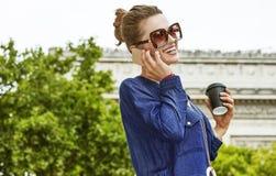 Χαμογελώντας γυναίκα πίνοντας τον καφέ σε Champ Elysses στο Παρίσι Στοκ Εικόνα