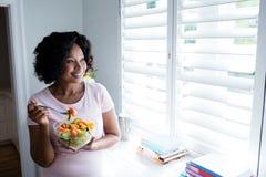 Χαμογελώντας γυναίκα που έχει τη σαλάτα Στοκ Φωτογραφίες