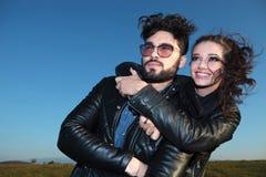 Χαμογελώντας γυναίκα που αγκαλιάζει τον εραστή της και των δύο που κοιτάζουν μακριά Στοκ φωτογραφία με δικαίωμα ελεύθερης χρήσης