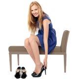 Χαμογελώντας γυναίκα που βάζει στα παπούτσια της Στοκ Φωτογραφίες