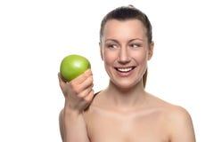 Χαμογελώντας γυναίκα που εξετάζει την πράσινη Apple σε ετοιμότητα της Στοκ φωτογραφία με δικαίωμα ελεύθερης χρήσης