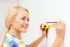 Χαμογελώντας γυναίκα που μετρά τον τοίχο στοκ εικόνες με δικαίωμα ελεύθερης χρήσης