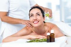Χαμογελώντας γυναίκα που παίρνει μια aromatherapy επεξεργασία Στοκ φωτογραφίες με δικαίωμα ελεύθερης χρήσης