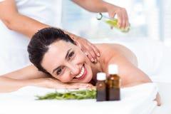 Χαμογελώντας γυναίκα που παίρνει μια aromatherapy επεξεργασία Στοκ Φωτογραφία