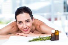 Χαμογελώντας γυναίκα που παίρνει μια aromatherapy επεξεργασία Στοκ Φωτογραφίες