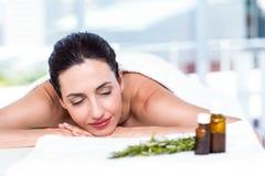 Χαμογελώντας γυναίκα που παίρνει μια aromatherapy επεξεργασία Στοκ φωτογραφία με δικαίωμα ελεύθερης χρήσης