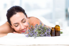 Χαμογελώντας γυναίκα που παίρνει μια aromatherapy επεξεργασία Στοκ εικόνα με δικαίωμα ελεύθερης χρήσης