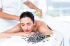 Χαμογελώντας γυναίκα που παίρνει μια aromatherapy επεξεργασία Στοκ Εικόνες
