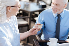 Χαμογελώντας γυναίκα που παίρνει τη χρυσή πιστωτική κάρτα Στοκ φωτογραφίες με δικαίωμα ελεύθερης χρήσης
