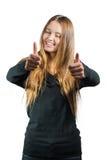 Χαμογελώντας γυναίκα που παρουσιάζει εντάξει, που απομονώνεται στο λευκό Στοκ Φωτογραφίες