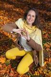 Χαμογελώντας γυναίκα που παρουσιάζει σύμβολο καρδιών Στοκ φωτογραφία με δικαίωμα ελεύθερης χρήσης