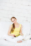 Χαμογελώντας γυναίκα που παρουσιάζει ψηφιακή ταμπλέτα Στοκ φωτογραφίες με δικαίωμα ελεύθερης χρήσης