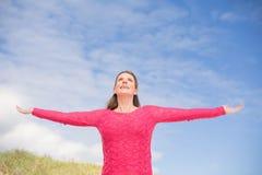 Χαμογελώντας γυναίκα που φορά μια καλή ρόδινη κορυφή Στοκ Φωτογραφία