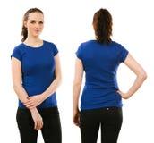 Χαμογελώντας γυναίκα που φορά το κενό μπλε πουκάμισο Στοκ εικόνα με δικαίωμα ελεύθερης χρήσης