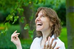 χαμογελώντας γυναίκα π&omicron Στοκ Εικόνες