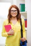 Χαμογελώντας γυναίκα σπουδαστής με την τσάντα και τα σημειωματάρια Στοκ εικόνα με δικαίωμα ελεύθερης χρήσης