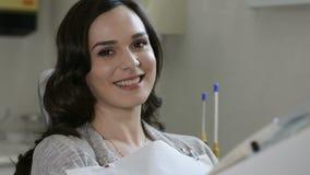 Χαμογελώντας γυναίκα στην κλινική οδοντιάτρων φιλμ μικρού μήκους