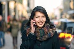 Χαμογελώντας γυναίκα στη μόδα φθινοπώρου που μιλά στο τηλέφωνο Στοκ εικόνα με δικαίωμα ελεύθερης χρήσης