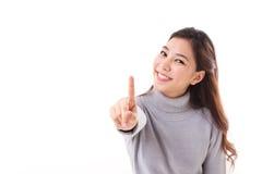 Χαμογελώντας γυναίκα στη χειμερινή εξάρτηση που παρουσιάζει αριθ. 1 ή μια χειρονομία δάχτυλων Στοκ Εικόνα