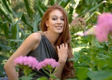 Χαμογελώντας γυναίκα στον κήπο Στοκ Εικόνα