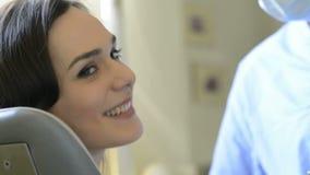 Χαμογελώντας γυναίκα στον οδοντίατρο απόθεμα βίντεο
